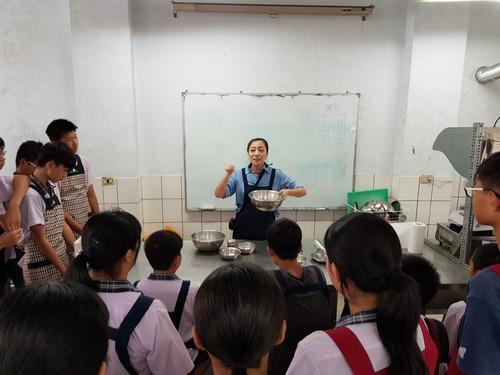 老師講解製作鬆餅