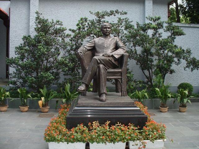 國父故居外的銅像