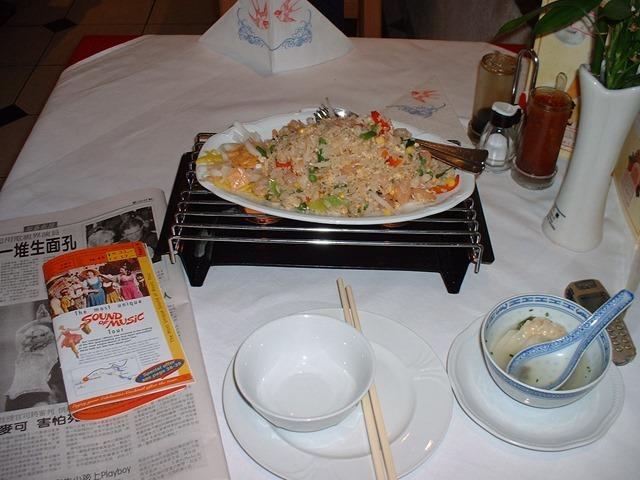 45在薩爾斯堡吃到的蝦仁炒飯和餛飩湯